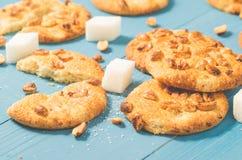 Cookies com porcas e açúcar de protuberância em wi de madeira azuis da tabela/cookies imagens de stock