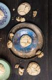Cookies com quebras na bacia azul metálica na tabela Imagem de Stock