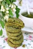 Cookies com sésamo e chá do matcha foto de stock