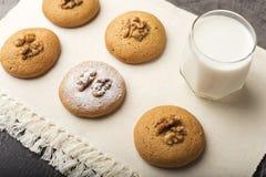 Cookies com um núcleo de uma noz e de um pó do açúcar fotos de stock