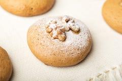 Cookies com um núcleo de uma noz e de um pó do açúcar imagens de stock royalty free