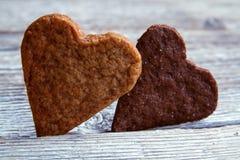 cookies Coração-dadas forma do dia de Valentim Fotos de Stock Royalty Free