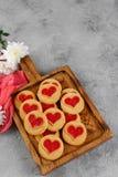 cookies Coração-dadas forma enchidas com as flores do crisântemo em uma placa de madeira Conceito para o dia do ` s do Valentim fotos de stock
