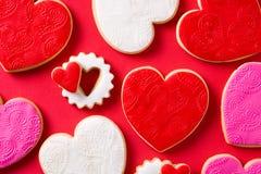 cookies Coração-dadas forma para o dia de Valentim no fundo vermelho Vista superior fotografia de stock