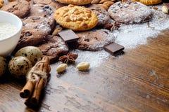 Cookies cozidas dos pedaços de chocolate e cookies do amendoim imagens de stock