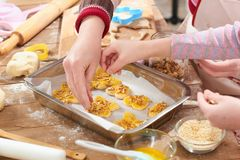 Cookies cruas na bandeja do cozimento, conceito doce do alimento Fotografia de Stock Royalty Free