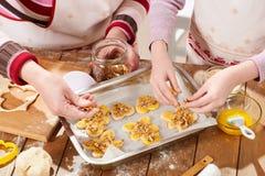Cookies cruas na bandeja do cozimento, conceito doce do alimento Imagem de Stock