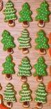 Cookies da árvore do ano novo no fundo de madeira vertical liso Foto de Stock