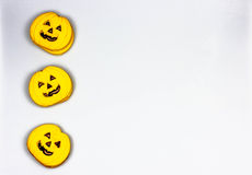 Cookies da abóbora de Dia das Bruxas em um fundo branco Fotografia de Stock