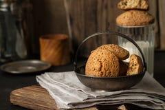 Cookies da aveia na placa velha do vintage, ainda vida Fotografia de Stock
