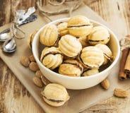 Cookies da forma das nozes com enchimento do chocolate Foto de Stock Royalty Free