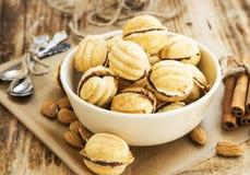 Cookies da forma das nozes com enchimento do chocolate Fotos de Stock Royalty Free