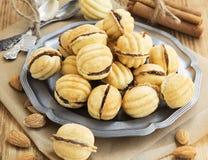 Cookies da forma das nozes com enchimento do chocolate Fotografia de Stock