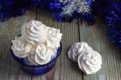 Cookies da merengue em um branco do vaso Fotografia de Stock