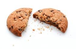 Cookies da mordida dos pedaços de chocolate isoladas Fotos de Stock Royalty Free