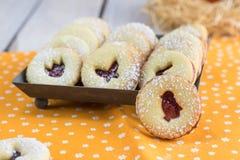 Cookies da Páscoa de Linzer com um doce de morango, espanado com açúcar a Imagem de Stock