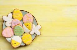 Cookies da Páscoa em uma placa com espaço para o texto imagem de stock royalty free