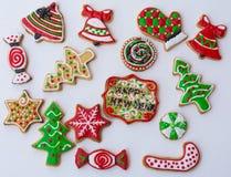 Cookies dadas forma, coloridas do Natal fotos de stock
