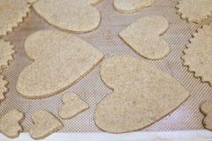 Cookies dadas forma coração do dia de Valentim do cozimento imagem de stock