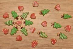 Cookies das árvores do ano novo com cookie do coração, espaço livre, horizontal Foto de Stock