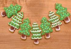 Cookies das árvores do ano novo no fundo de madeira, espaço livre, liso Fotografia de Stock