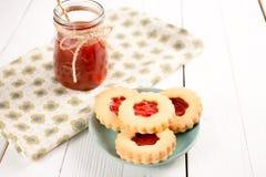 Cookies de açúcar da manteiga dadas forma como flores imagem de stock