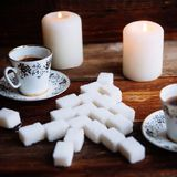 Cookies de açúcar dadas forma da árvore de Natal com leite fotos de stock