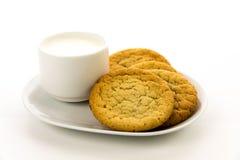 Cookies de açúcar e copo lisos do leite Fotografia de Stock
