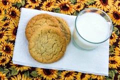 Cookies de açúcar e vidro lisos do leite Imagens de Stock