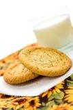 Cookies de açúcar e vidro lisos do leite Fotos de Stock