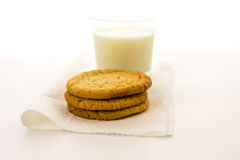 Cookies de açúcar e vidro lisos do leite Imagem de Stock Royalty Free