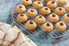 Cookies de amêndoa cozidas frescas na grade de aço inoxidável foto de stock