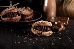 Cookies de amêndoa do Natal com partes de chocolate em de madeira velho Fotografia de Stock Royalty Free