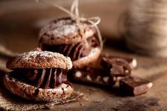 Cookies de amêndoa do Natal com partes de chocolate em de madeira velho Imagem de Stock