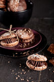 Cookies de amêndoa do Natal com partes de chocolate no pl escuro Fotografia de Stock Royalty Free