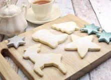 Cookies de biscoito amanteigado caseiros do Natal a bordo Imagens de Stock