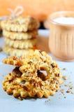 Cookies de biscoito amanteigado deliciosas com porcas Cookies com nozes Doces e biscoitos do Natal Fim acima fotografia de stock