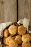 Cookies de biscoito amanteigado na caixa foto de stock royalty free