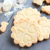 Cookies de biscoito amanteigado sem glúten caseiros com as colheres da farinha sem glúten Foto de Stock