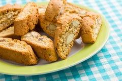 Cookies de Cantuccini na toalha de mesa quadriculado Imagem de Stock