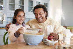 Cookies de And Daughter Baking do pai em casa junto fotografia de stock royalty free