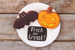 Cookies de Dia das Bruxas na placa, vista superior imagem de stock
