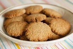 Cookies de farinha de aveia caseiros e bio imagens de stock royalty free