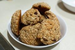 Cookies de farinha de aveia caseiros na bacia branca imagem de stock royalty free