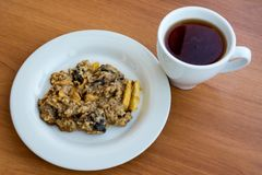 Cookies de farinha de aveia caseiros na placa com o tampão do chá foto de stock royalty free