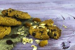 Cookies de farinha de aveia do café da manhã com pedaços de chocolate Grões de aveia imagem de stock