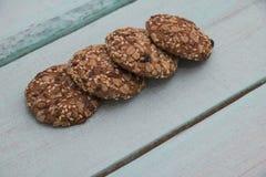 Cookies de farinha de aveia em um fundo bonito imagens de stock