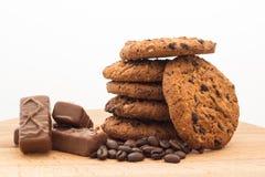 Cookies de farinha de aveia em uma placa de madeira, fundo branco imagens de stock