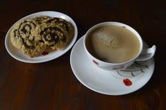 Cookies de farinha de aveia caseiros com café Fotografia de Stock Royalty Free