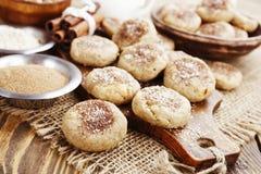 Cookies de farinha de aveia caseiros com canela imagem de stock